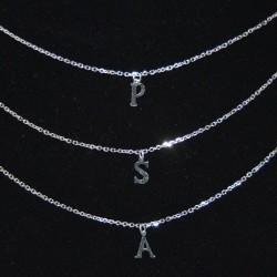 Colgante con inicial de plata de la colección de joyas de plata The Essentials en la joyería online PlataScarlata TEP52022